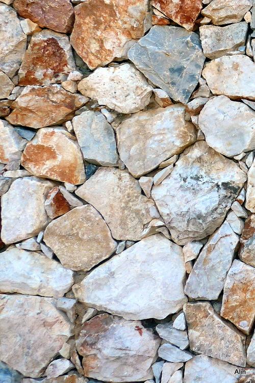 Des pierres qui décorent un mur