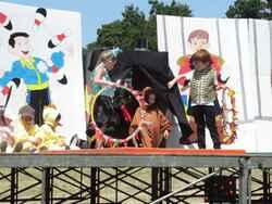 installation du cirque par les maternelles...