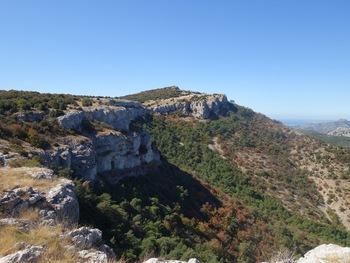 Au fond à droite, derrière le Garlaban, Marseille et la mer