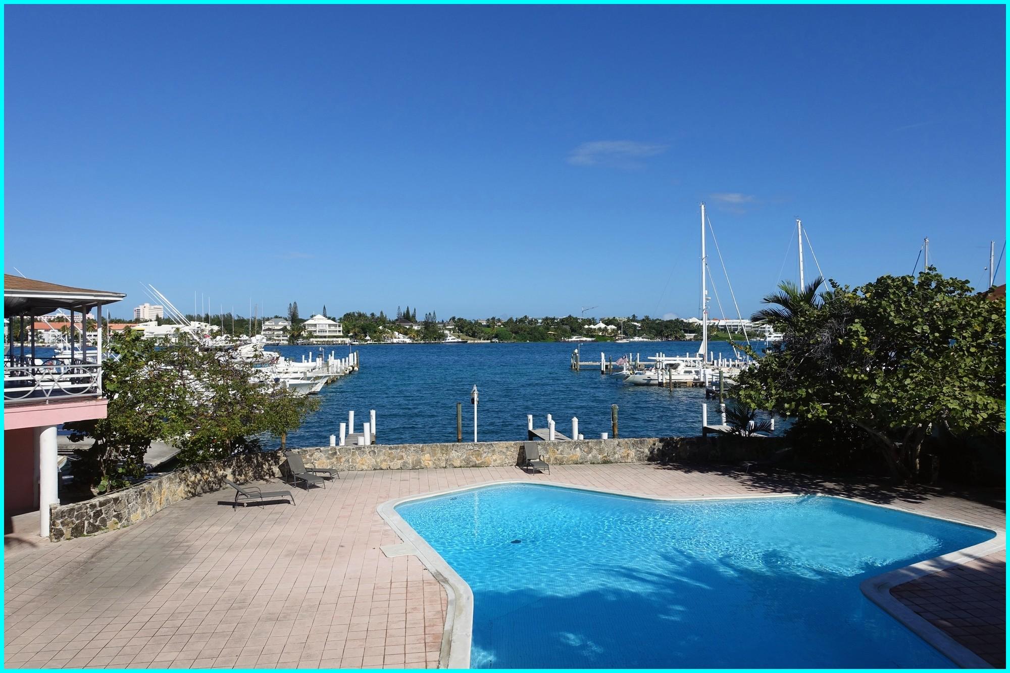 Avec une température dépassant 30°, nous avons passé du temps dans la piscine jouxtant la marina !