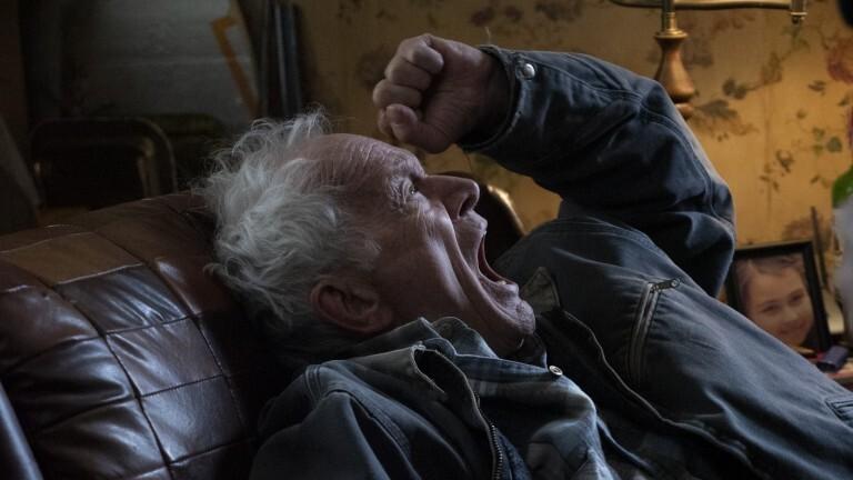 Lance Henriksen dans Falling