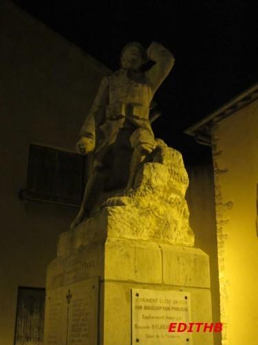 MONUMENT AUX MORTS AGUESSAC LA NUIT