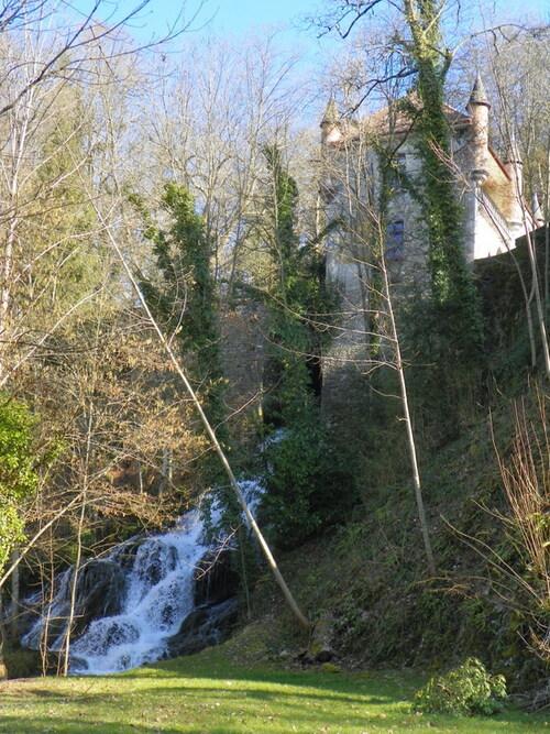 Le château de Boigne et sa cascade