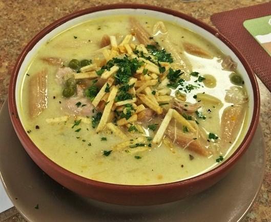 La sopa de mani avec des pâtes (BOLIVIE)