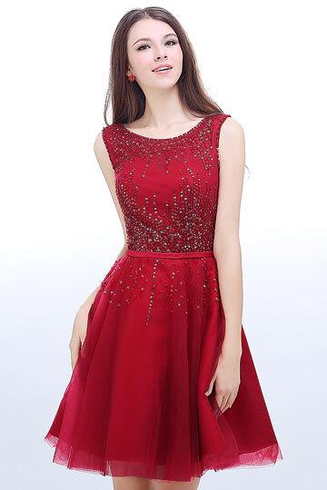 Robe rouge de soirée courte ornée de paillettes dos décolleté en V