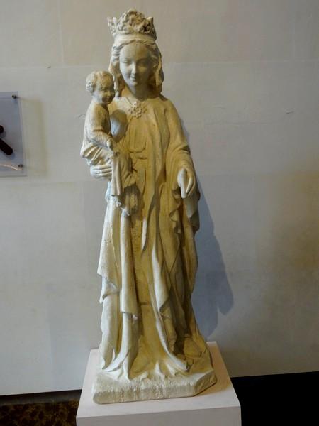 Les vitraux , la sacristie et le Trésor de la cathédrale Saint-Etienne de Sens...