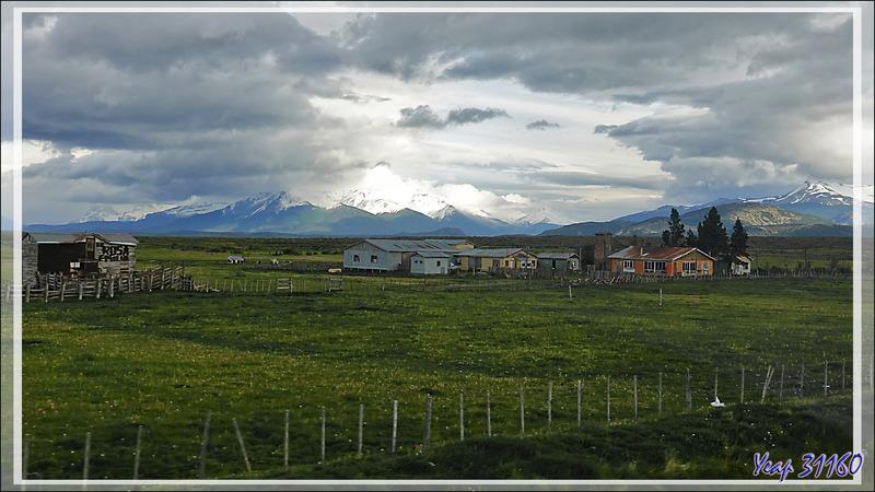 Estancia sur fond de cordillère Monumento Moore - Nord de Puerto Natales - Patagonie - Chili