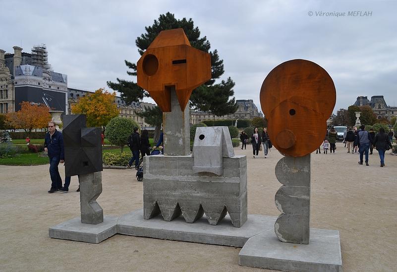 "Jardin des Tuileries : FIAC 2016 : ""Kopf und Körper Paris"" de Michael Sailstorfer"