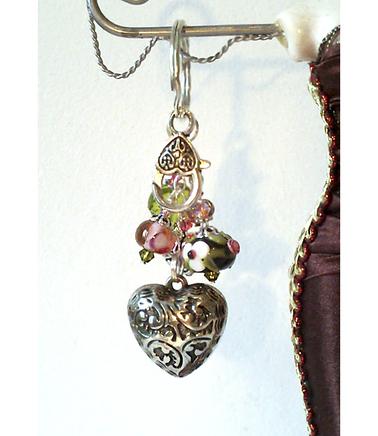 Bijou de Sac Coeur argenté, Verre Lampwork filé à la flamme Noir Fleurs rose , Cristal de Swarovski, Breloque coeur