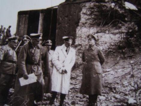 Le dictateur A. Hitler lors d\'un de ses passages en Alsace, ici à Neuf-Brisach