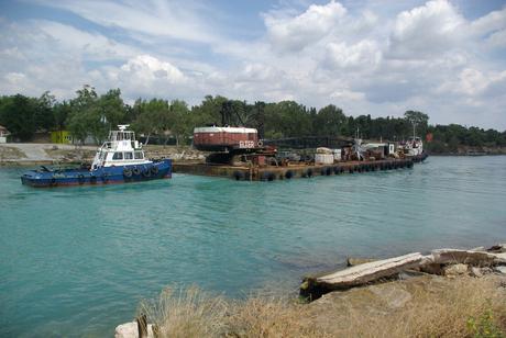 entrée d'une barge et son remorqueur, côté golfe de Corinthe (mer Ionienne)