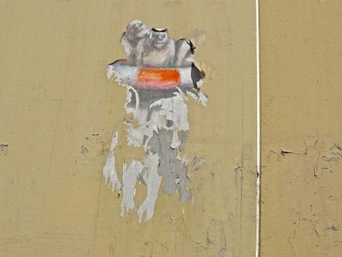homme bouée arraché street-art 3