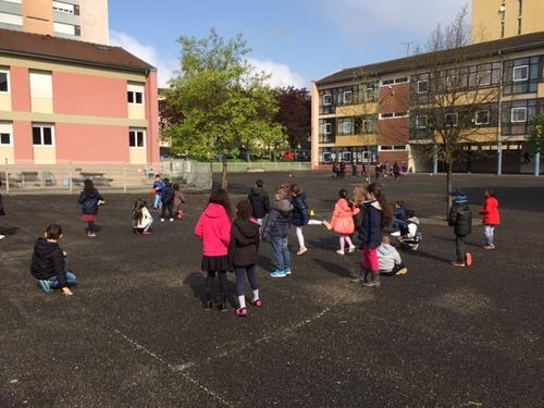 Semaine des jeux à l'école : La balle assise