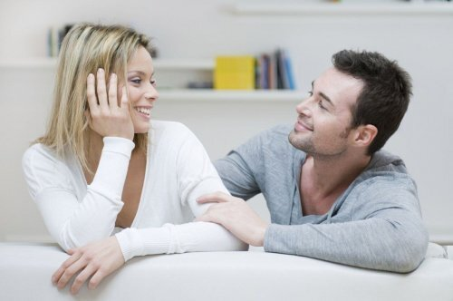 Couple heureux qui se parle