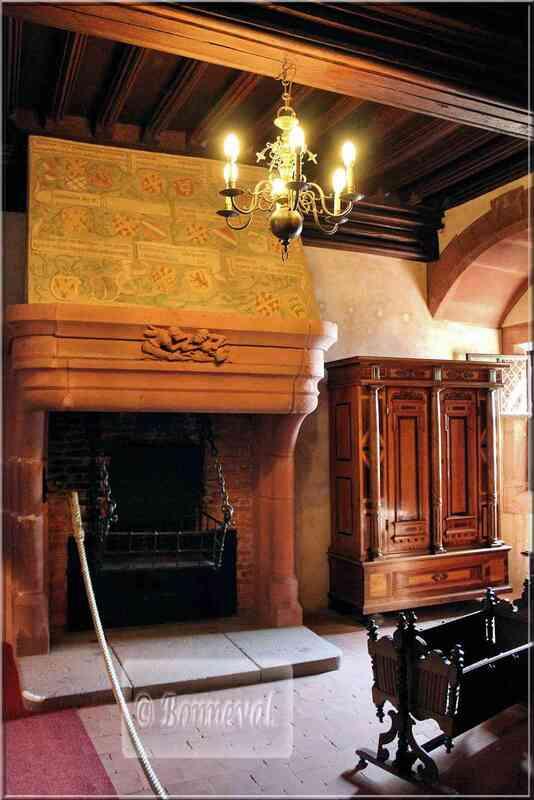 Haut Koenigsbourg Les Appartements confortables cheminée peinte