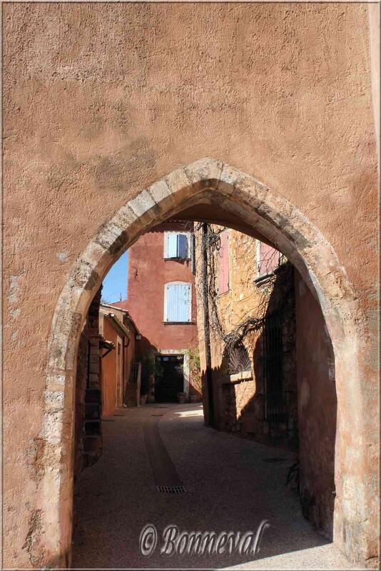 Roussillon Vaucluse porte du beffroi entrée du village