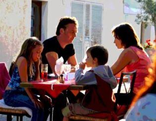 Dessin et peinture - vidéo 1638 : La famille attablée à une terrasse de café, à la peinture acrylique, petit rouleau éponge et pinceaux.