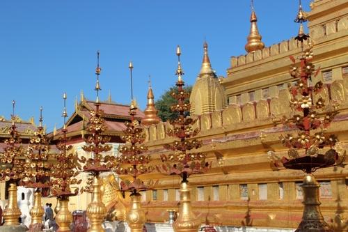 Près de Bagan, la pagode Shwezigon