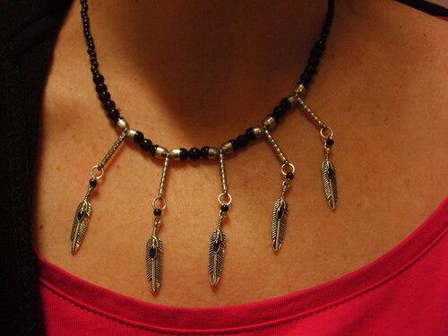 Collier country à plumes dans les tons noirs argentés