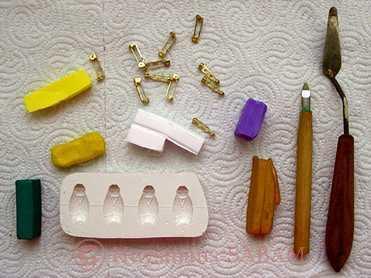 loisirs créatifs: matériel utilisé pour la réalisation d'épinglettes