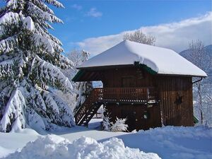 Chalet savoyard sous la neige