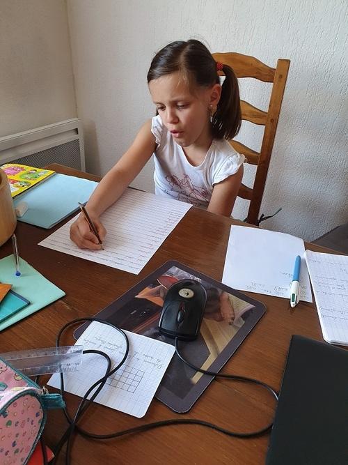 Soline faisant ses devoirs