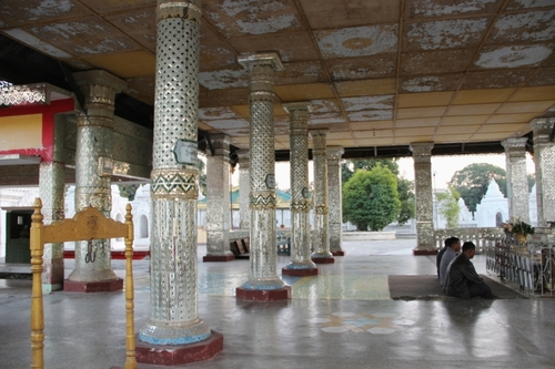 La pagode Kuthawdaw et la bibliothèque