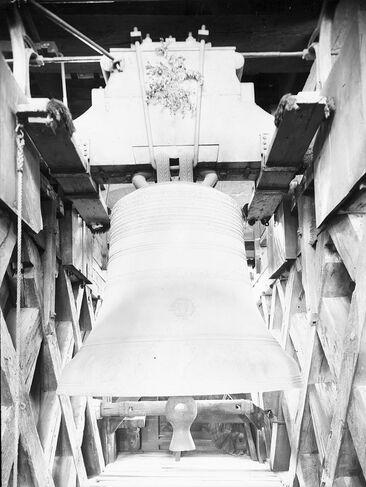 Photographie en noir et blanc d'une grosse cloche.