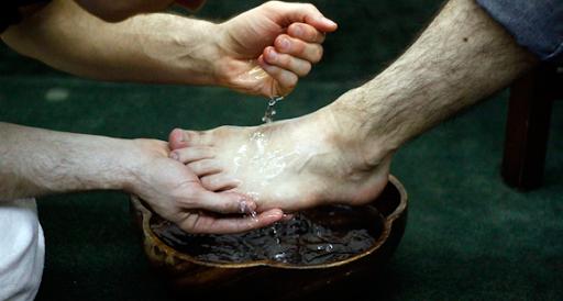 Jésus lave les pieds de ses disciples - Marijke Louis | Eglise AGAPE