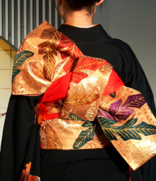 https://upload.wikimedia.org/wikipedia/commons/thumb/1/16/Kimono_backshot_by_sth_der.png/220px-Kimono_backshot_by_sth_der.png