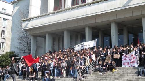 Brest. Rassemblement lycéen place de la Liberté , ce mardi 15/03/2016 (OF.fr)