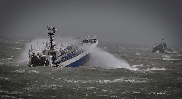 bateau dans la tempete