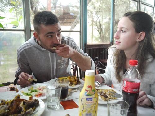 Sébastien mange de bon appétit sous les yeux de sa dulcinée