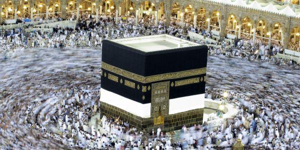 Le rituel du hadj, l'un des cinq piliers de l'islam que tout fidèle est censé accomplir au moins une fois dans sa vie s'il en a les moyens, avait débuté notamment par la procession autour de la Kabaa, dans la mosquée sacrée de La Mecque.<br />