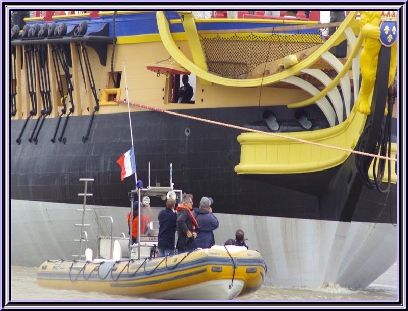 La mise à l'eau (sur la Charente) de la coque de l'Hermione vendredi 06 juillet 2012