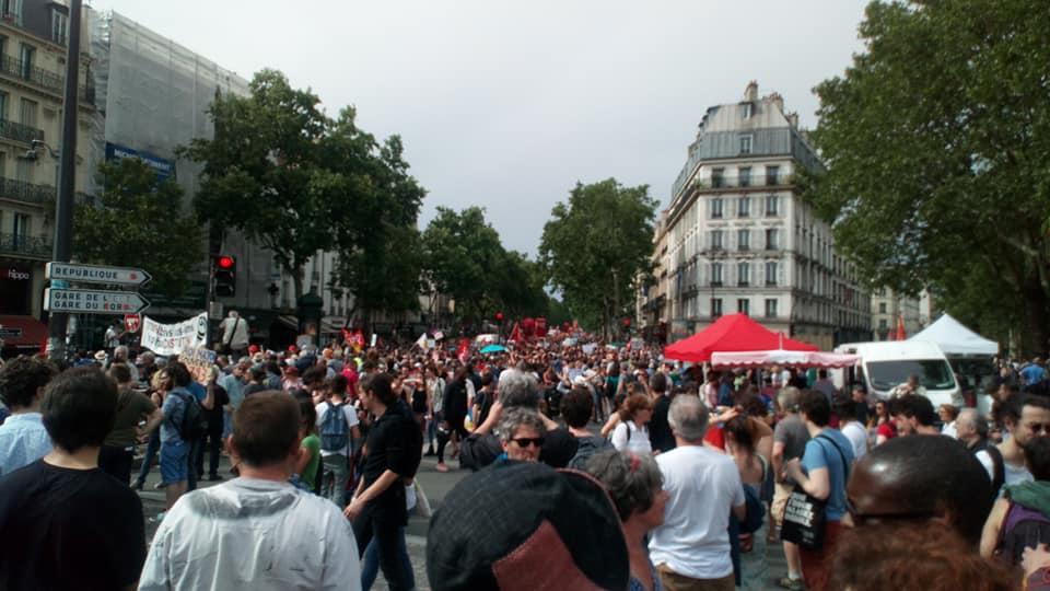 L'image contient peut-être: 1 personne, foule et plein air
