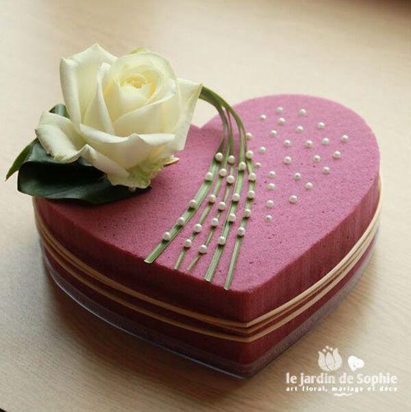 coeur mousse florale rose avec rose blanche: