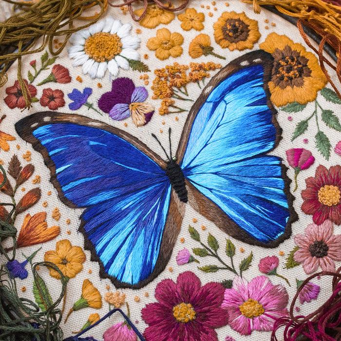 Papillons et insectes magiques cousus dans des peintures à fil dense par Emillie Ferris