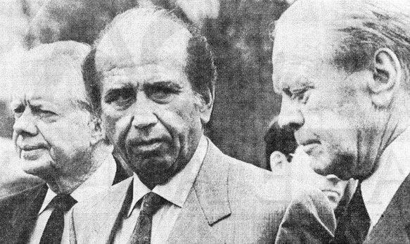 Carlos Andrés Pérez avait été élu Président du Venezuela une première fois en 1974 pour un mandat de 5 ans qui courut du 12 mars 1974 au 12 mars 1979. On le voit ici, solidement encadré entre les deux présidents américains Gerald Ford à droite (Président des États-Unis du 9 août 1974 au 20 janvier 1977) et James Carter à gauche (Président des États-Unis du 20 janvier 1977 au 20 janvier 1981). La Guerre du Kippour ayant provoqué le premier choc pétrolier avec un quadruplement brutal des prix du pétrole, le Venezuela et ses fabuleuses réserves pétrolières devint un élément fondamental pour Washington dans sa géopolitique de l'Or noir.