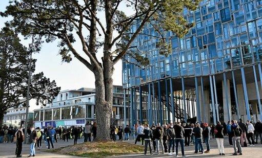 Un peu plus de 200 agents de Lorient Agglomération se sont rassemblés ce mardi 30mars, devant la Maison de l'agglo, au Péristyle. Ils sont en grève dans le cadre de la négociation du passage aux 160