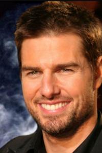Tom Cruise Filmographie : Tom Cruise est un acteur et producteur américain, né le 3 juillet 1962 à Syracuse dans l'État de New York.  Après avoir interprété des seconds rôles, notamment dans Taps et Outsiders, il obtient son premier rôle important dans la comédie dramatique Risky Business en 1983, mais c'est après avoir interprété Pete « Maverick » Mitchell dans Top Gun(1986) qu'il devient une star internationale. Depuis, il a joué dans de nombreux films à succès, tels que Rain Man, Né un 4 juillet, Entretien avec un vampire et les cinq épisodes de la saga Mission impossible. ...