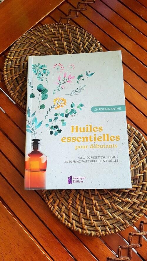 """""""Huiles essentielles pour débutants"""" de Christina Anthis chez Alliance Magique : des recettes et des utilisations pour toute la famille, très bien fait."""