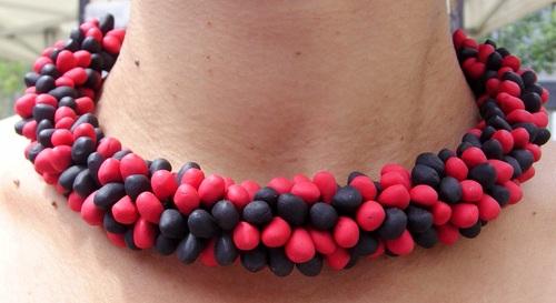 collier rouge et noir en perles de fimo cousues en grappe