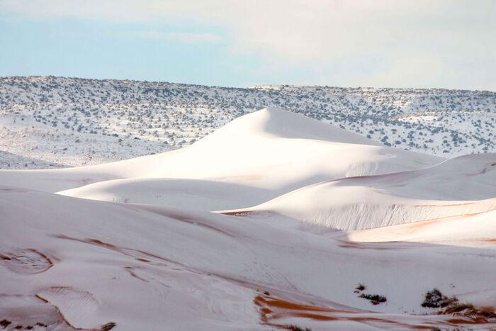 Les impressionnantes images de la neige au Sahara