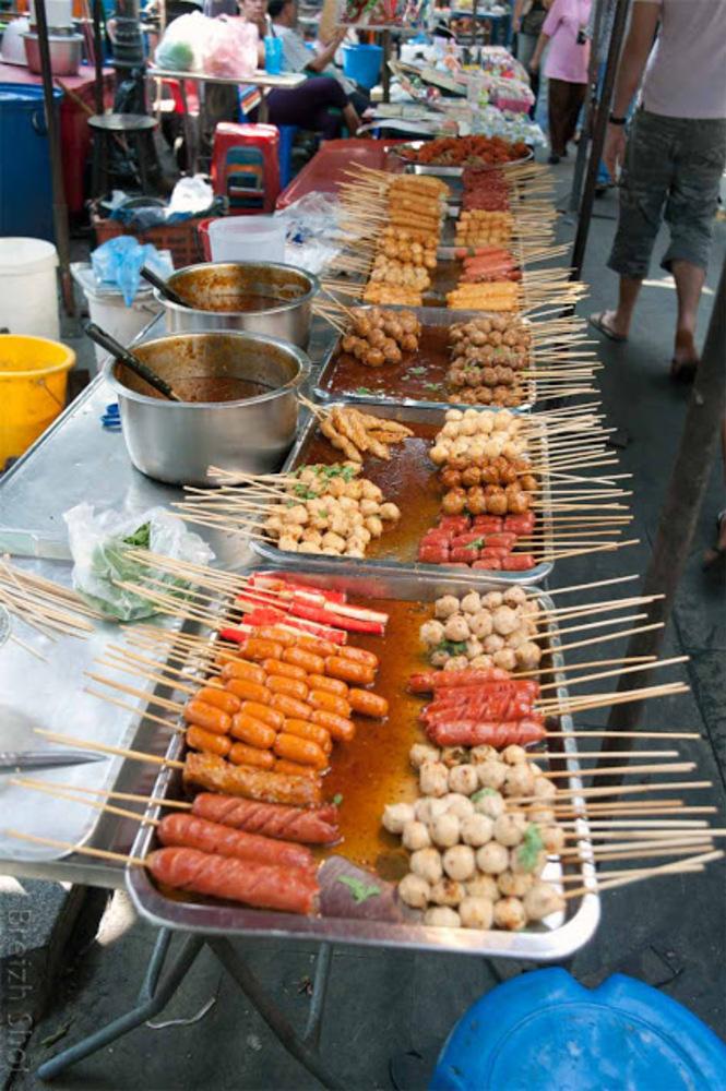 La restauration de rue à Bangkok : Des brochettes bien présentées et appétissantes