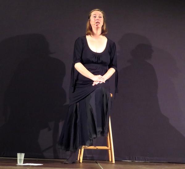 """Lors de la soirée """"Coup de Contes""""  Frédérique Lanaure a  fait rêver les spectateurs avec ses contes pleins d'humour, de gaieté et parfois de suspense"""