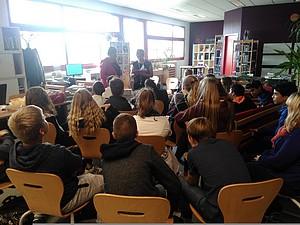 Lecture de nouvelles dans les établissements scolaires