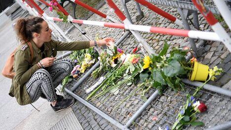 Des fleurs en hommage aux victimes de l'attentat de Nice, déposées le 15 juillet 2016 devant l'ambassade de France à Berlin