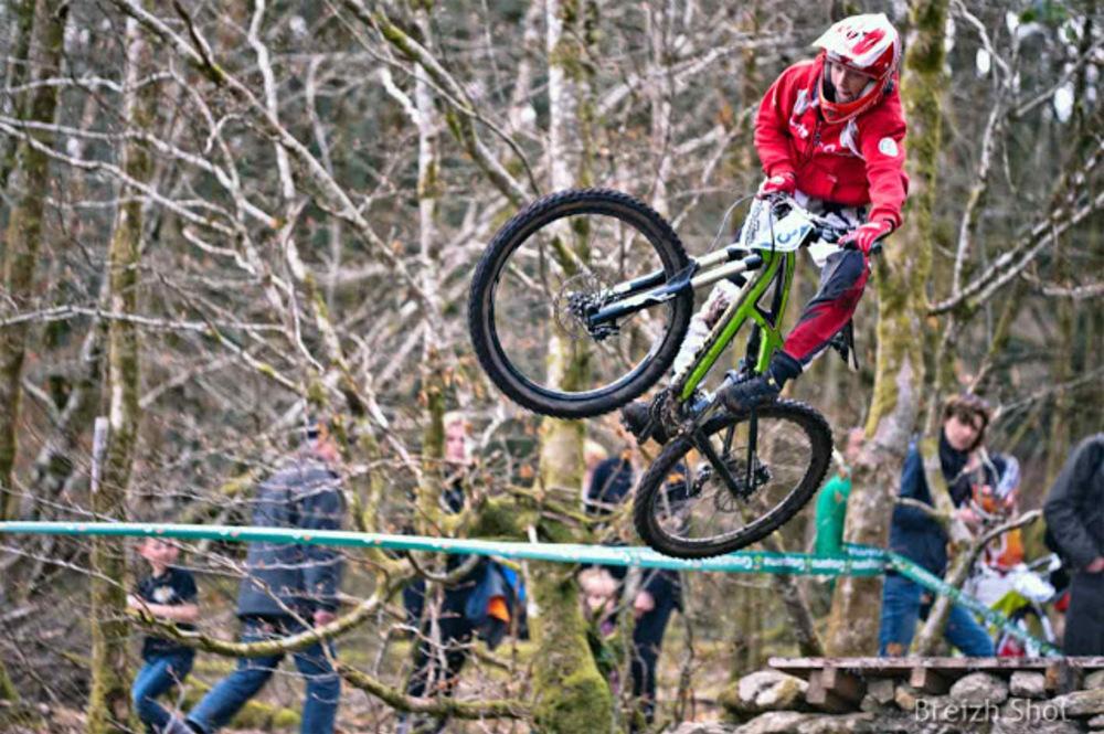 VTT Roches-du-Diable - Figure acrobatique d'un jeune plein de talent