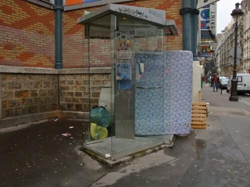 cabine téléphonique matelas SDF